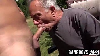 Homem velho gay mamando piroca do dotado
