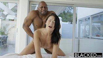 Novinha flagrada nua dando para o negro dotado