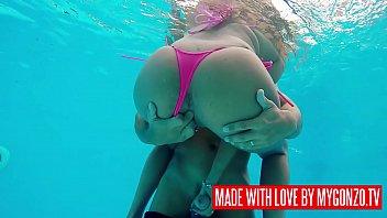 Putaria com mulheres gostosas na piscina